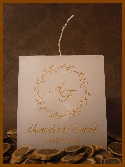 Kubusvormige huwelijkskaars met één wiek voorzien van een gouden krans