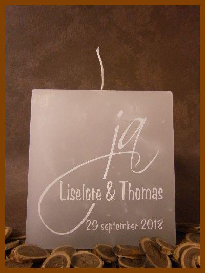 Grijze vierkante trouwkaars met één lont voorzien van een witte tekst