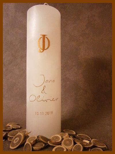 Hoge cilinder huwelijkskaars voorzien van gouden namen en een eigen logo