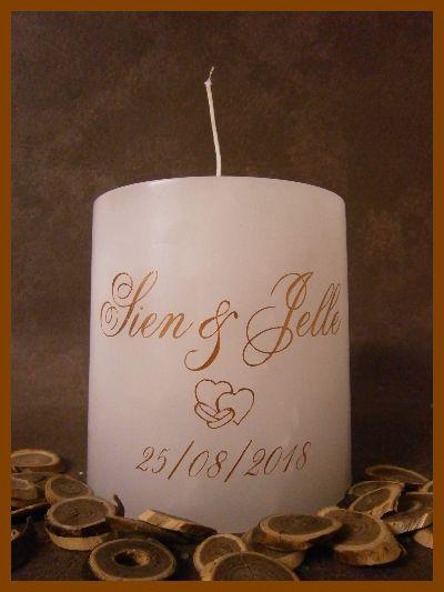 Originele cilindervormige witte huwelijkskaars met één lont voorzien van namen en datum in koperkleur