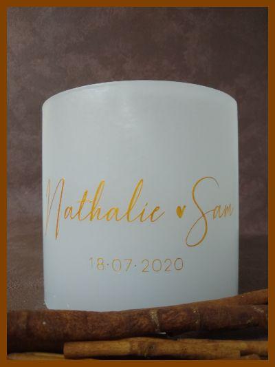 Handgemaakte cilindervormige huwelijkskaars met gouden tekst