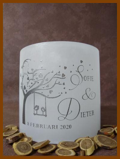 Handgemaakte cilindervormige huwelijkskaars met zilveren tekst