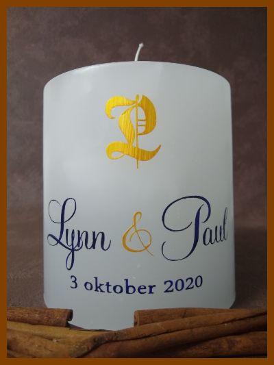ronde huwelijkskaars witte kleur met kalligrafie en monogram