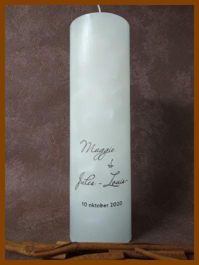 witte ronde trouwkaars met grijze kalligrafie tekst