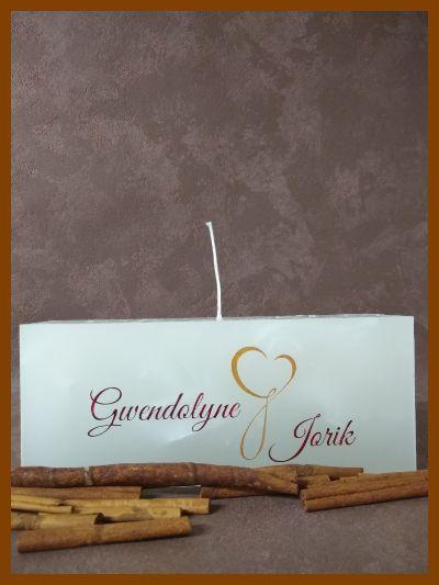witte platte huwelijkskaars met twee wieken en handgemaakte teksten
