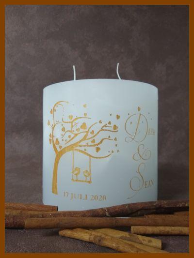 witte ronde huwelijkskaars met boom en hartjes manueel